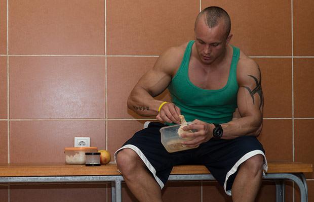 bigstock-Bodybuilder-Eating-Healthy-Die-64586656